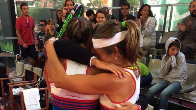 Carolina Navarro y Cecilia Reiter se abrazan tras el partido de...