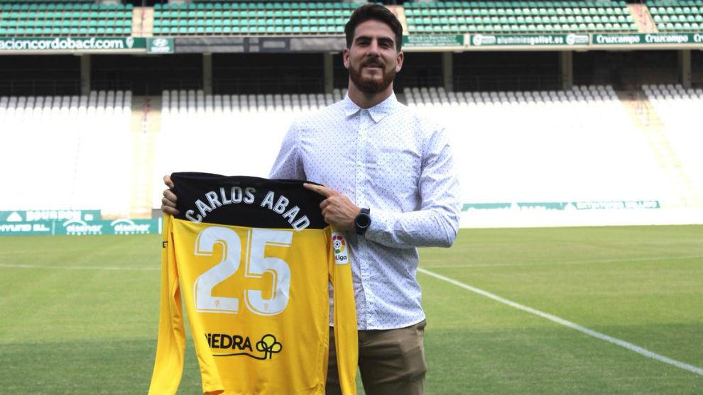 Carlos Abad posa con su camiseta en El Arcángel