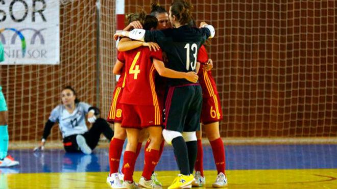 Las jugadoras de la selección española celebran un gol.
