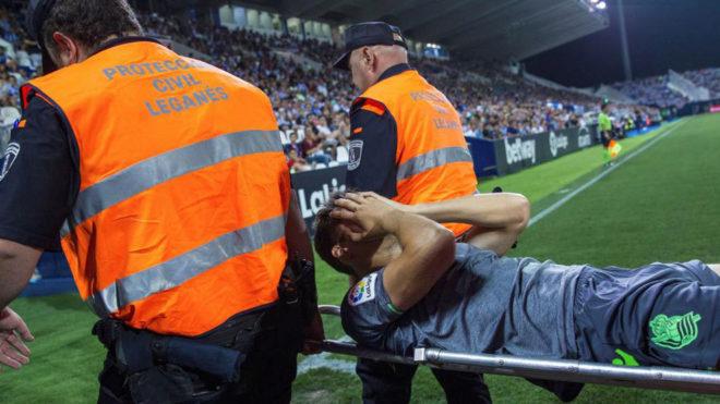 Diego Llorente salió en camilla de Butarque.
