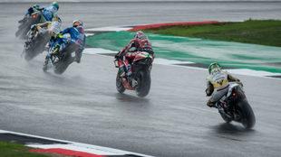 Varios pilotos ruedan sobre mojado en Silverstone.