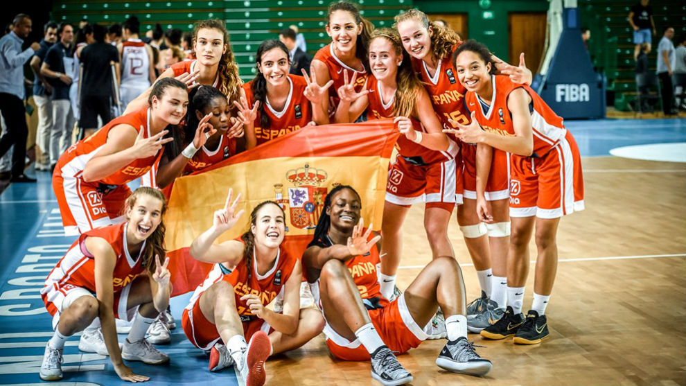 Las españolas celebraron la conquista del bronce sobre la cancha tras...