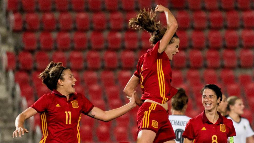 La selección absoluta, celebrando un gol.
