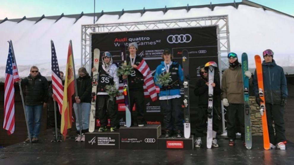 Thibault Magnin, en el podio junto a los estadounidenses Mac Forehand...