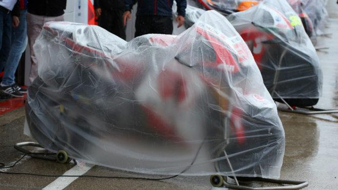 Motos cubiertas por la lluvia.