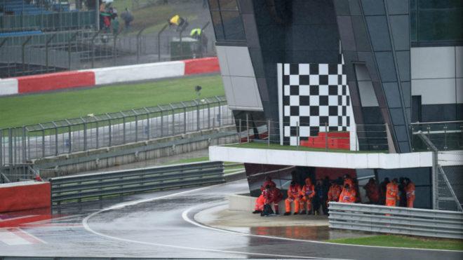 La lluvia cae sobre el trazado de Silverstone.