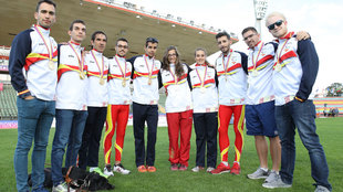 Los campeones de Europa españoles posan con sus medallas de oro