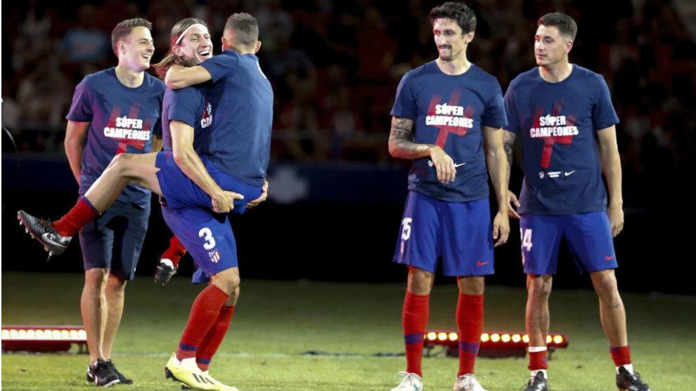 Lucas abraza a Filipe, con Arias, Savic y Giménez como testigos.
