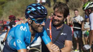 Valverde, con un miembro del staff del Movistar tras ganar la segunda...
