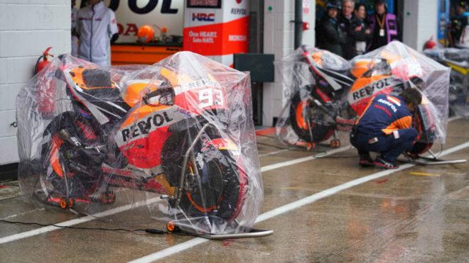 Las motos de Márquez y Pedrosa protegidas de la lluvia.