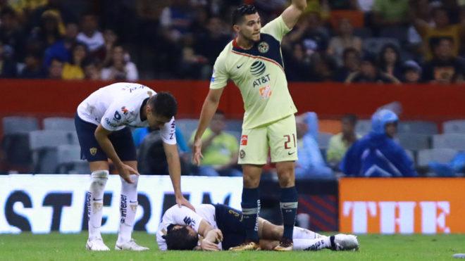 Arribas se duele en el campo del Estadio Azteca.