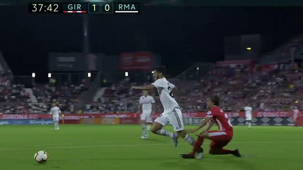 Clear penalty by Muniesa on Asensio.