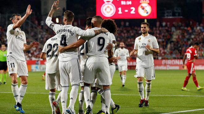 Karim Benzema celebrates his goal with teammates.