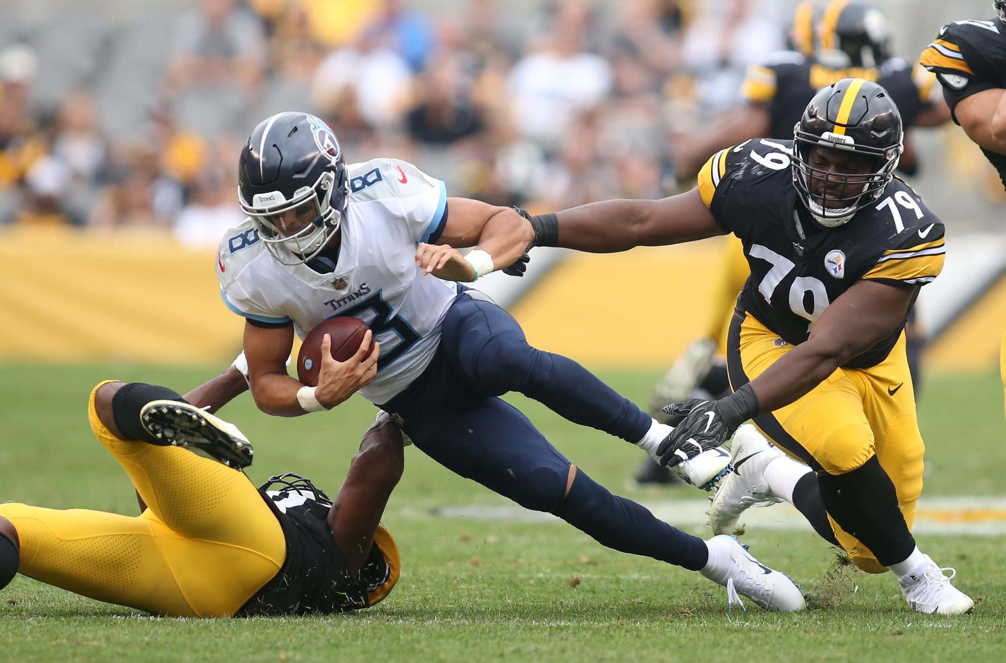 Marcus Mariota es tackleado por la defensiva de Pittsburgh.