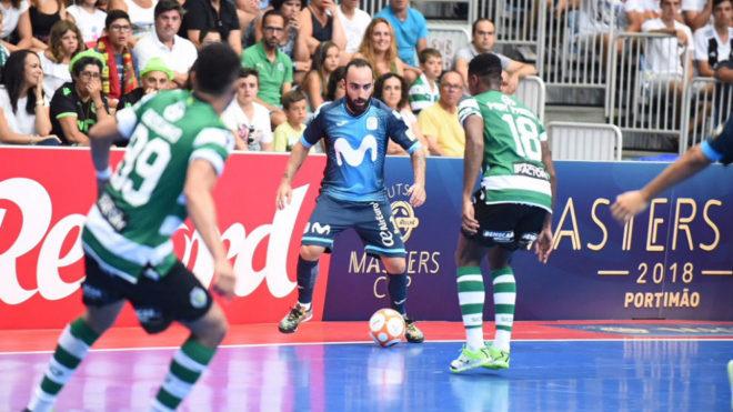 Ricardinho, con el balón en el parido ante el Sporting.