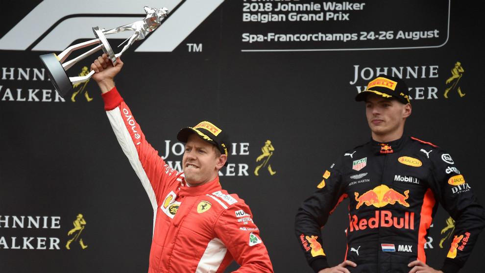 Sebastian Vettel, celebrando su victoria en el podio de Spa