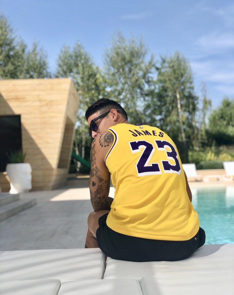James Rodríguez posando con la camiseta de los Lakers con el 23 de...