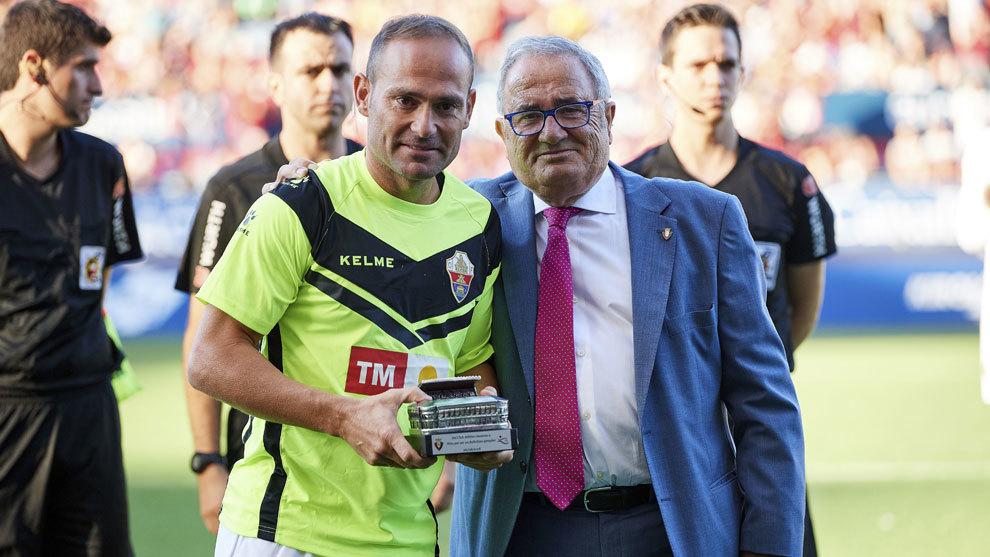 El presidente de Osasuna, Luis Sabalza, entregó a Nino una réplica...