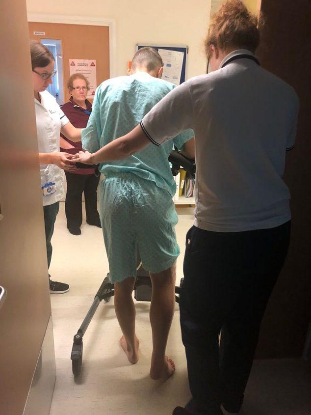 Tito Rabat, caminando con un andador apenas 24 horas después de su...