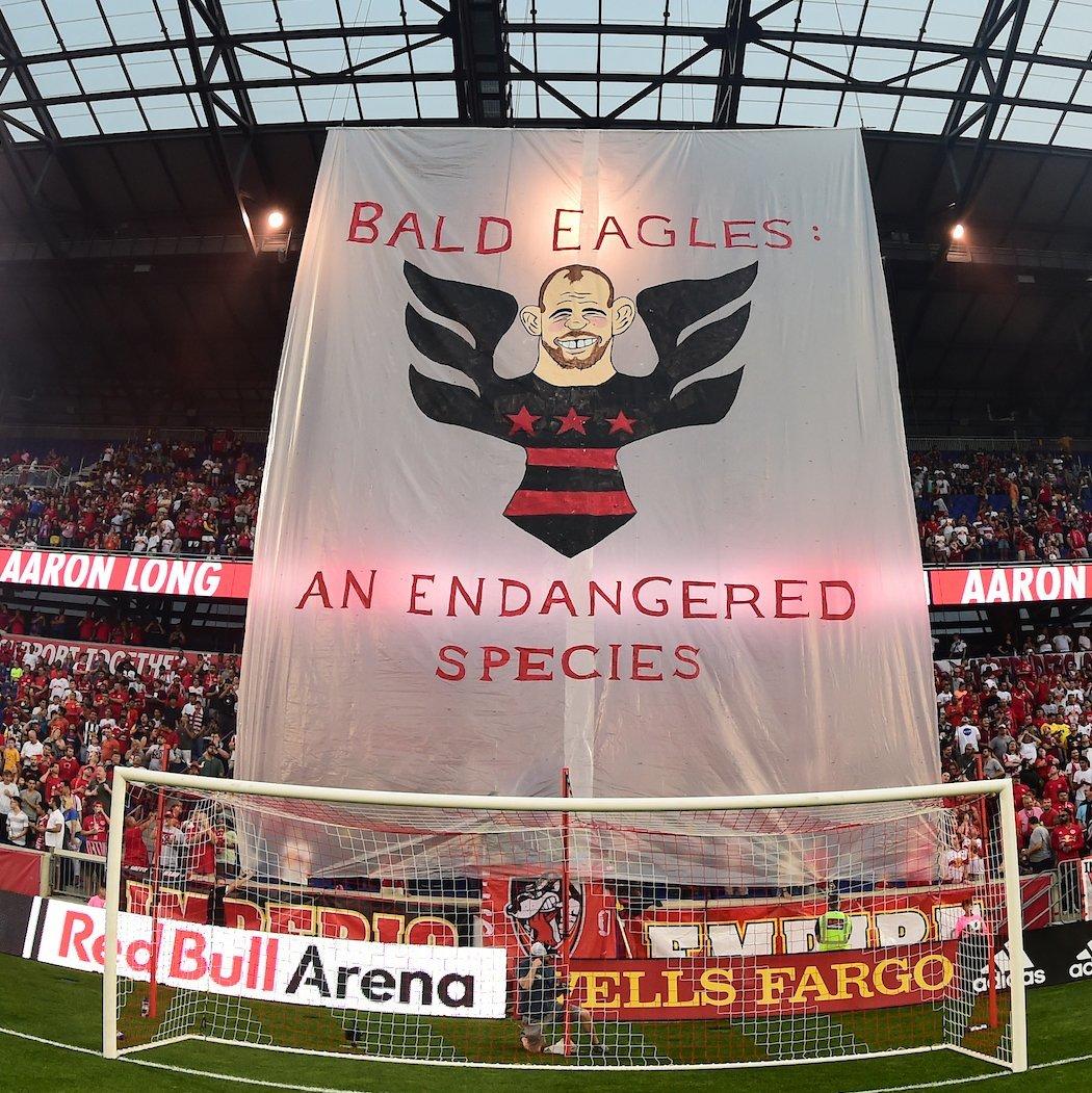 """Pancarta de Wayne Rooney como """"águila calva"""" del DC United"""
