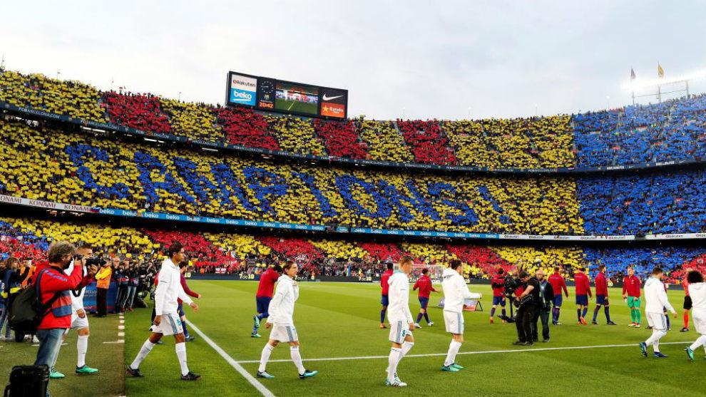 Los jugadores del Barça y del Real Madrid saltan al Camp Nou.