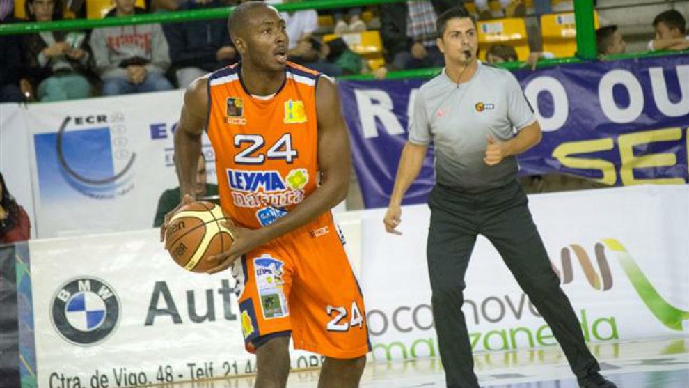 Larry Abia jugando un partido con el Leyma Coruña