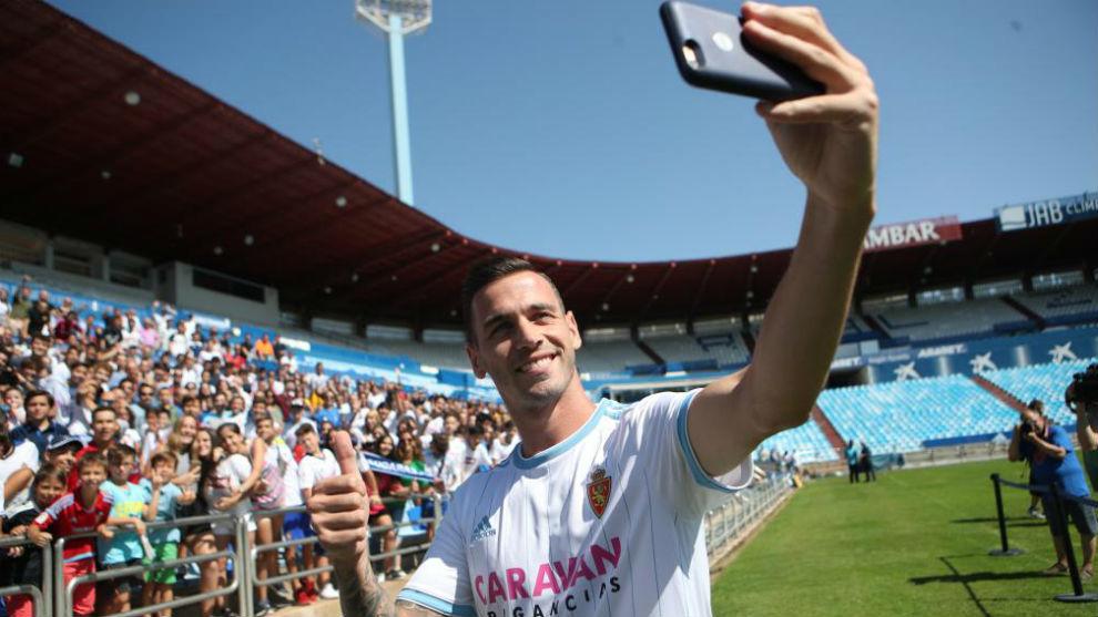 Álvaro Vázquez se hace un selfie con la afición zaragocista.