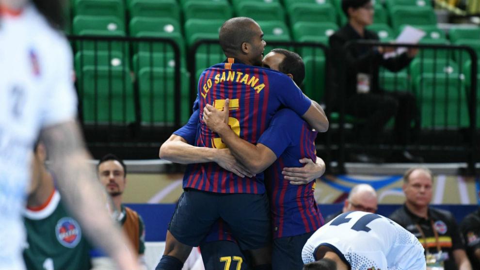 Los jugadores del Barça Lassa se abrazan tras uno de los goles.