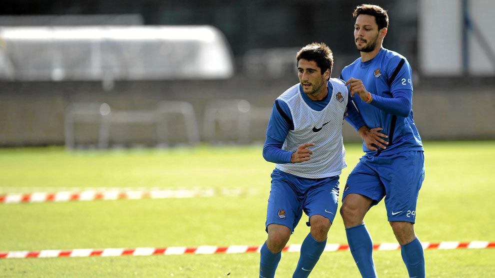 Alberto de la Bella y Markel Bergara en un entrenamiento con la Real...