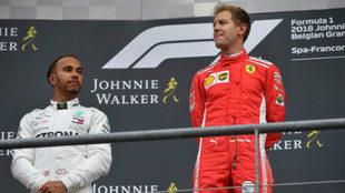 Hamilton, en el podio de Spa junto a Vettel.