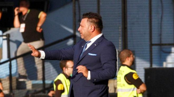 Antonio Mohamed da instrucciones durante el partido ante el Levante.