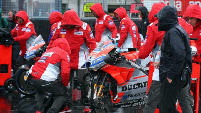 Miembros de Ducati, junto a la moto de Lorenzo, en Silverstone.