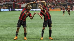 Josef Martínez y Miguel Almirón celebran uno de los goles de Atlanta...