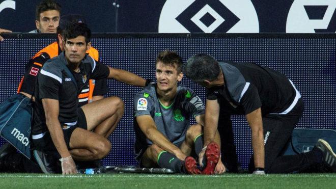 Diego Llorente es atendido en Butarque tras caer lesionado en el...