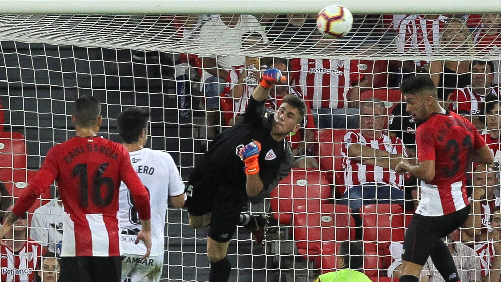 Athletic Bilbao goalkeeper Unai Simon in action.