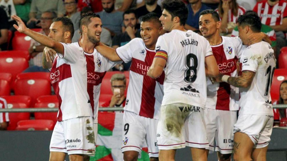 Los jugadores del Huesca celebran el segundo gol.