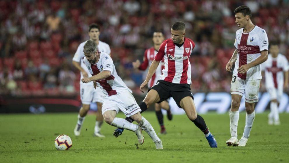 Guruzeta, entre dos jugadores del Huesca, es el futbolista 616 en...