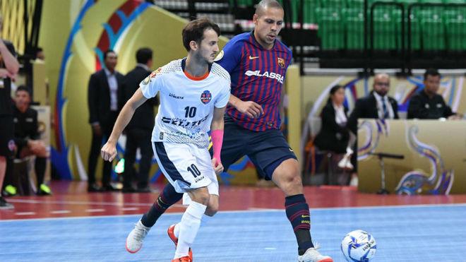 Ferrao disputa un balón con Ricardinho, jugador del Elite Futsal.