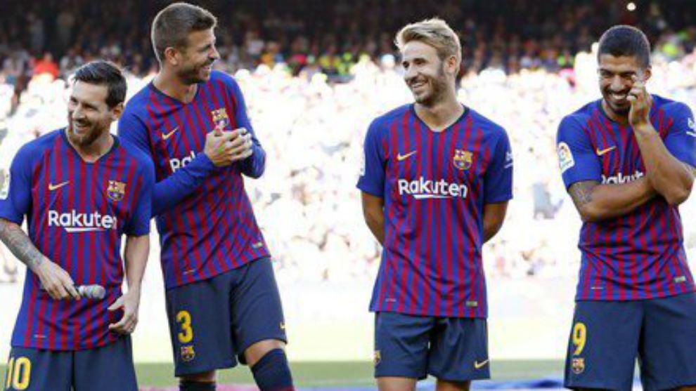 Samper jokes with Pique, Messi y Suarez during the Joan Gamper Trophy...