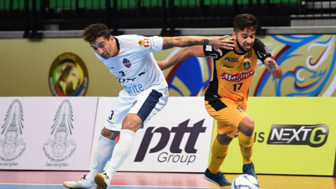 Leandro Lino conduce el balón durante el partido ante el Elite...