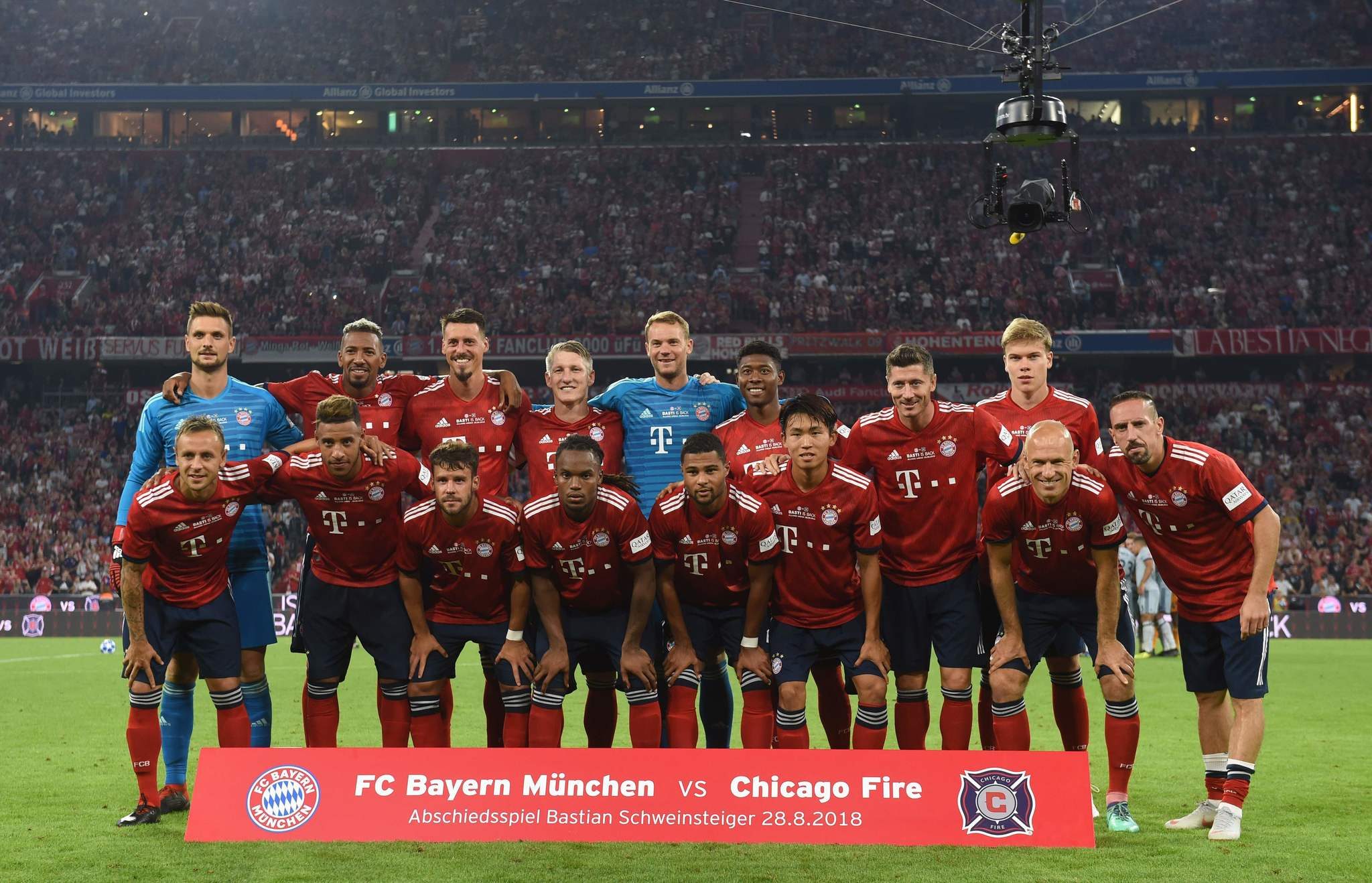 Schweinsteiger posa con el equipo del Bayern antes del inicio del...