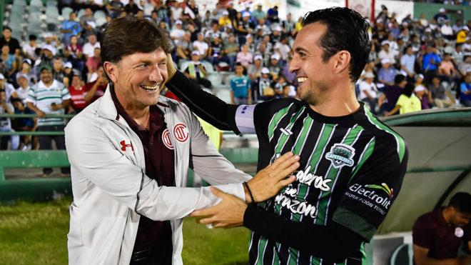 De la Torre saluda a Cristante en un duelo de Copa MX