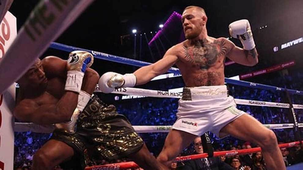 Mayweather and McGregor tade punches during their boxing match