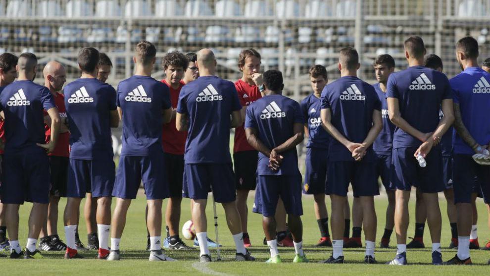 Idiakez da instrucciones a sus jugadores antes de un entrenamiento.