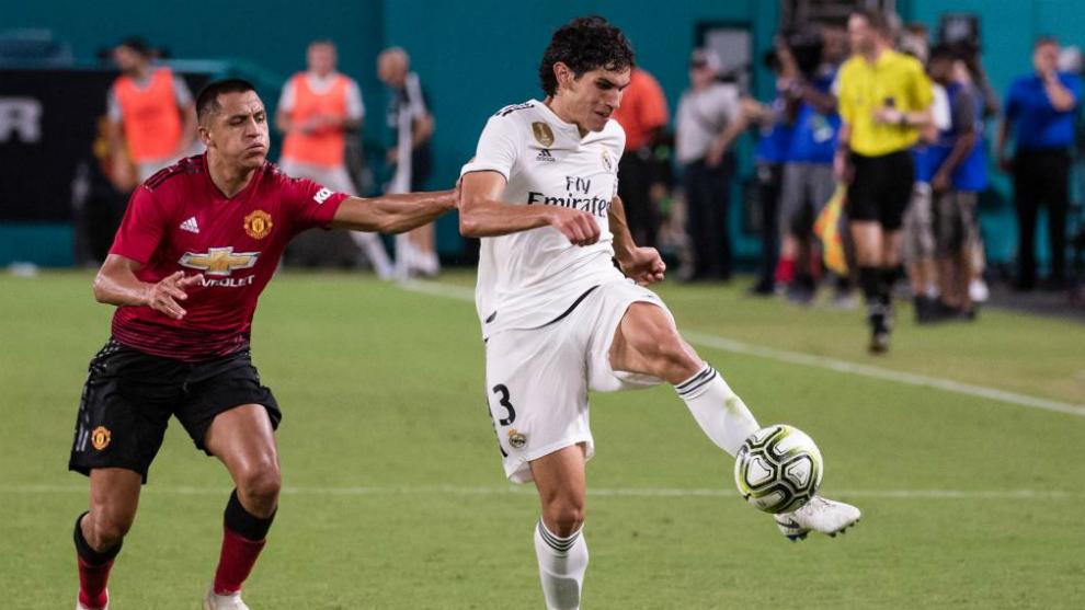 Jesús Vallejo recibe la presión de Alexis Sánchez en el partido...