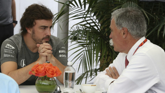 Carey habla con Alonso.