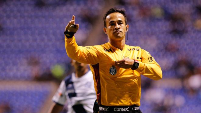 Jorge Isaac Rojas durante un partido en el Estadio Cuauhtémoc.