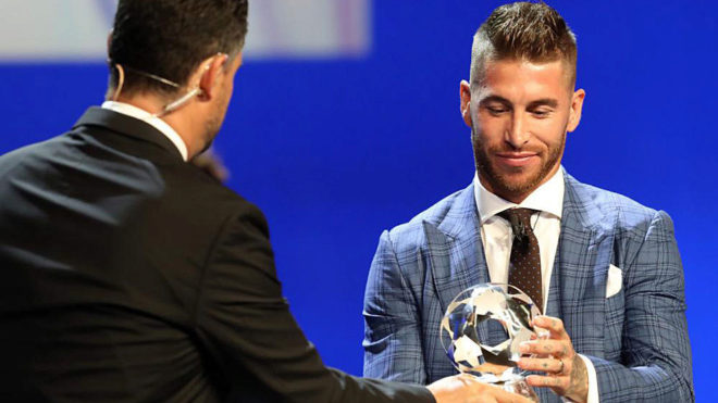Sergio Ramos recibe el premio a mejor defensa de la UEFA.