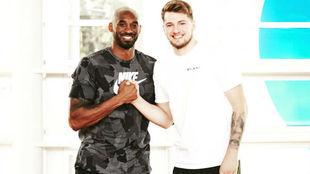 Luka Doncic junto a Kobe Bryant