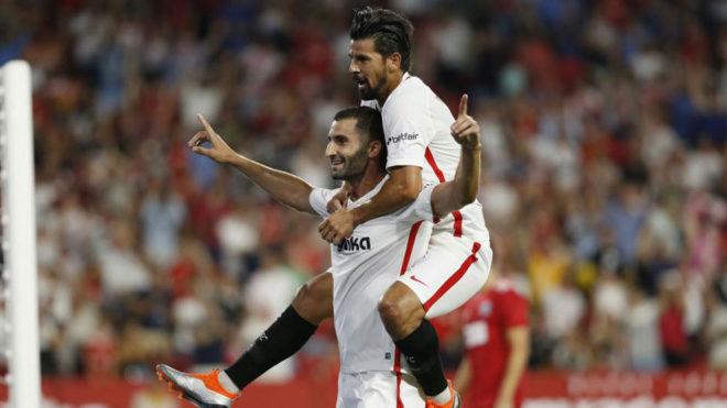 Gonalons y Nolito celebran el primera tanto del Sevilla ante el Sigma...